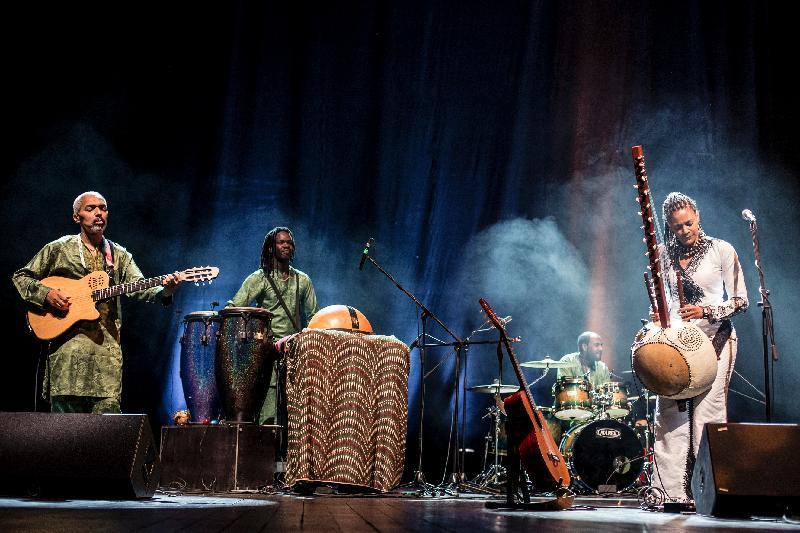 首位非洲豎琴女演奏家素娜.祖巴特(右一)與樂隊於十一月九及十日在香港舉行非洲豎琴音樂會。祖巴特的音樂風格融匯西方和非洲傳統音樂,聲線感性迷人,台風優雅亮麗,備受觀眾喜愛。