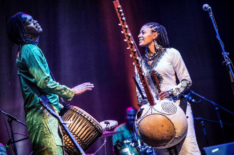 首位非洲豎琴女演奏家素娜.祖巴特(右)與樂隊於十一月九及十日在香港舉行非洲豎琴音樂會。祖巴特集作曲、監製和樂手於一身,是當今樂壇炙手可熱的新星之一。