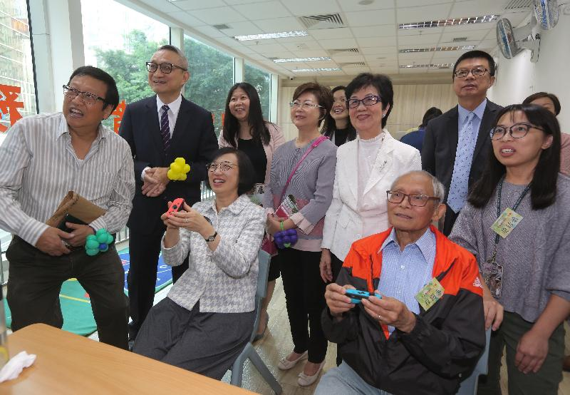 The Secretary for Food and Health, Professor Sophia Chan (third left), and the Under Secretary for Food and Health, Dr Chui Tak-yi (second left), today (November 2) visited Wan Chai Methodist Centre for the Seniors to learn about the implementation of the Dementia Community Support Scheme. Photo shows Professor Chan joining an activity with an elderly man who has participated in the Scheme.