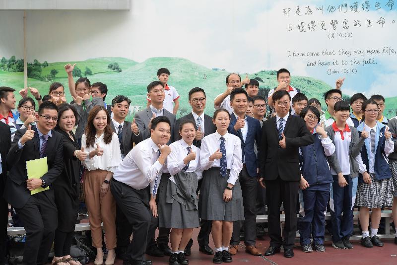 教育局局長楊潤雄(第二排右六)今日(十一月三日)探訪在深水埗的天主教南華中學,並參觀學生活動。