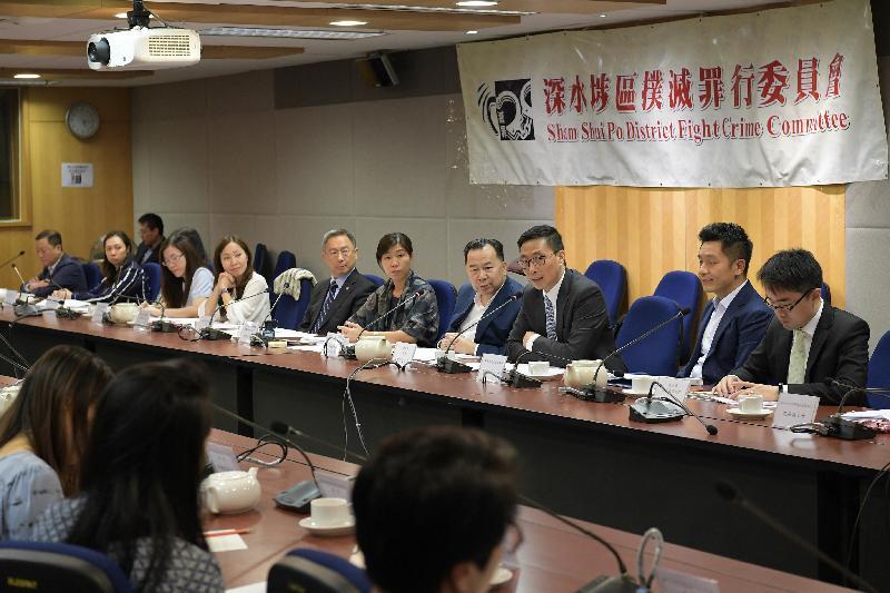 教育局局長楊潤雄(右三)今日(十一月三日)下午到訪深水埗區,並與深水埗撲滅罪行委員會主席李漢雄(右四)及其他委員見面。