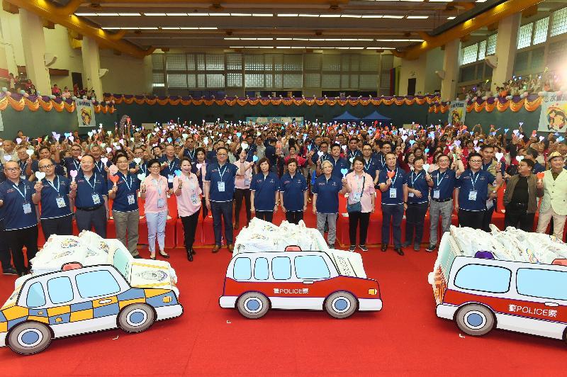 警務處處長盧偉聰與一眾出席活動的嘉賓及耆樂警訊會員合照。