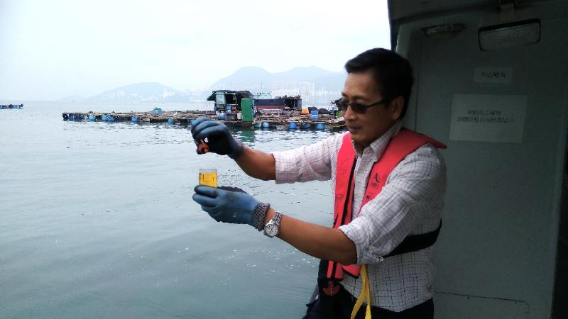 漁 農 自 然 護 理 署 十 月 三 十 一 日 至 今 日 ( 十 一 月 六 日 ) 舉 行 演 習 , 以 檢 視 部 門 在 本 港 出 現 紅 潮 或 有 害 藻 華 而 引 致 魚 類 死 亡 時 的 應 變 能 力 。 圖 示 該 署 人 員 模 擬 檢 測 從 魚 類 養 殖 區 抽 取 的 水 樣 本 , 以 評 估 有 害 藻 華 的 擴 散 情 況 。
