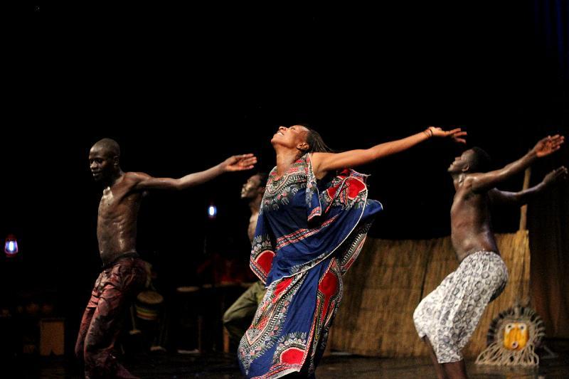 來自西非國家布基納法索的達夫拉鼓樂舞蹈團於十一月十及十二日演出熱情澎湃的傳統鼓舞盛宴《太陽之舞》。節目原名「Tlé」是西非迪尤拉語「太陽」的意思,代表生命之光,以及非洲人民的笑靨。
