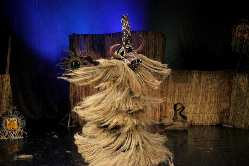 來自西非國家布基納法索的達夫拉鼓樂舞蹈團於十一月十及十二日演出熱情澎湃的傳統鼓舞盛宴《太陽之舞》。《太陽之舞》包含許多非洲傳統文化元素,圖為神聖的面具舞。
