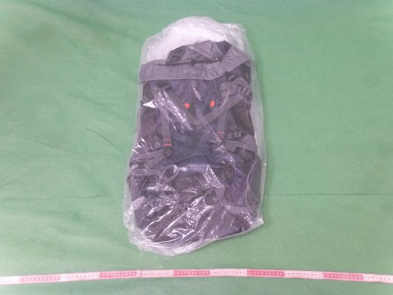 香港海關今日(十一月七日)在香港國際機場檢獲約二點三公斤懷疑可卡因,估計市值約二百一十萬元。圖示用作收藏該批懷疑可卡因的寄倉背囊。