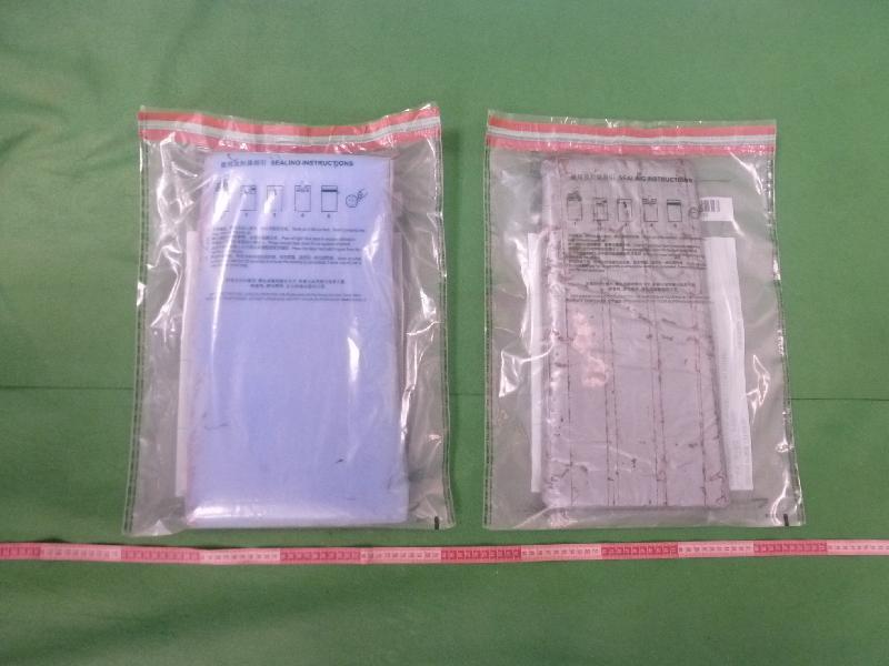 香港海關今日(十一月七日)在香港國際機場檢獲約二點三公斤懷疑可卡因,估計市值約二百一十萬元。圖示懷疑可卡因(右)及作包裹用途的海棉(左)。