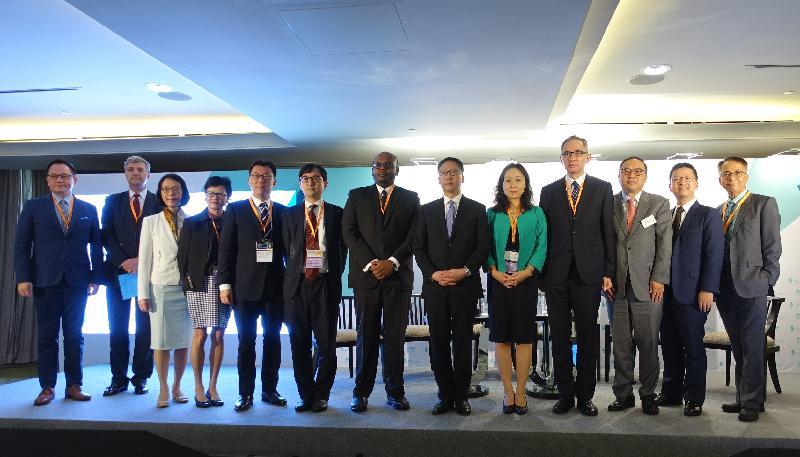律政司司長袁國強資深大律師(右六)今日(十一月七日)訪問馬來西亞吉隆坡,於律政司和香港貿易發展局合辦的「國際貿易和投資的關鍵:法律風險管理」專題研討會上,與研討會講者和主持合照。