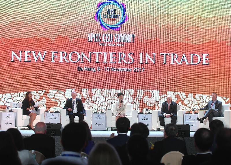 行政長官林鄭月娥(中)今日(十一月九日)下午在越南峴港出席亞太區經濟合作組織工商領導人峰會。