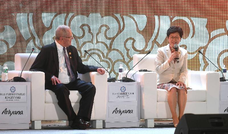 行政長官林鄭月娥(右)今日(十一月九日)下午在越南峴港出席亞太區經濟合作組織工商領導人峰會。