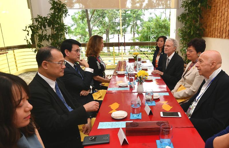 行政長官林鄭月娥今日(十一月九日)抵達越南峴港,出席亞太區經濟合作組織(亞太經合組織)會議。圖示林鄭月娥(右二)今日中午宴請亞太經合組織商貿諮詢理事會的中國香港代表,商務及經濟發展局局長邱騰華(左三)亦有出席。