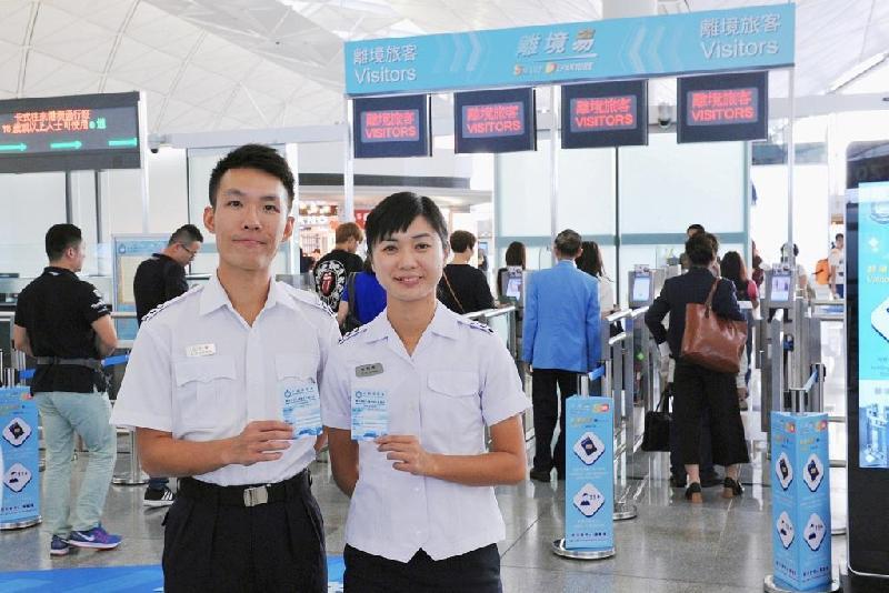 入境事務處今日(十一月十日)呼籲旅客參與投票,支持該處一年一度的禮貌運動。圖示入境管制人員鼓勵旅客投下寶貴一票。