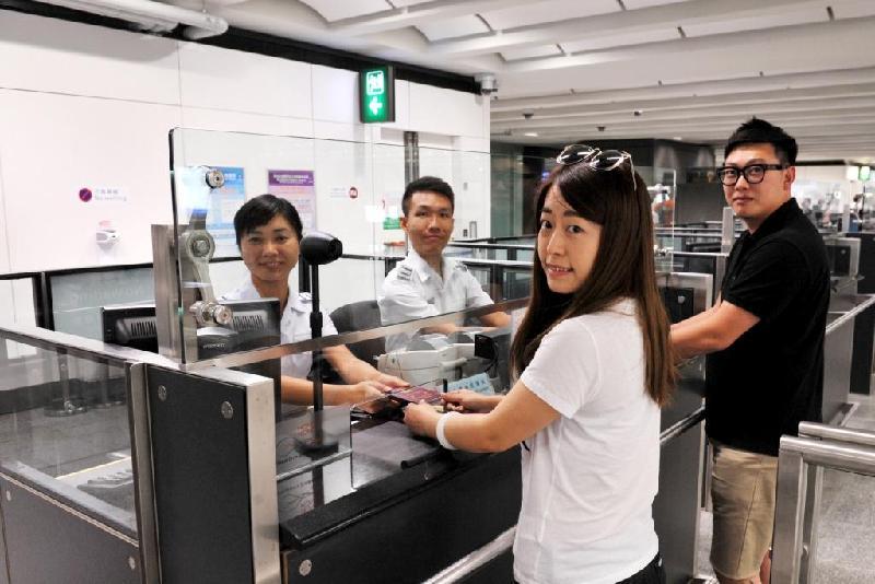 入境事務處今日(十一月十日)呼籲旅客參與投票,支持該處一年一度的禮貌運動。圖示入境管制人員邀請旅客投票選出「最有禮貌入境管制人員」。