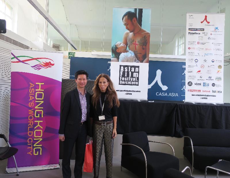 香港駐布魯塞爾經濟貿易辦事處(駐布魯塞爾經貿辦)副代表許澤森(左)與巴塞羅那亞洲電影節總監Menene Gras(右)十一月九日(巴塞羅那時間)在駐布魯塞爾經貿辦在巴塞羅那舉辦的電影放映前酒會中合照。