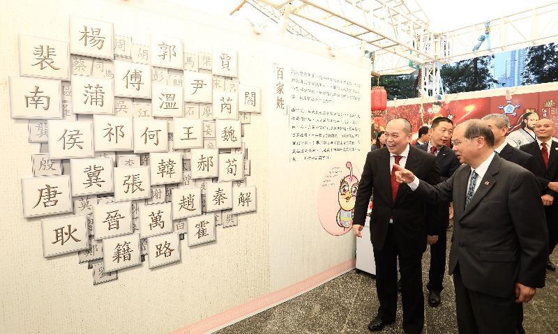 政務司司長張建宗(右一)今日(十一月十日)參觀香港山西節展覽攤位。