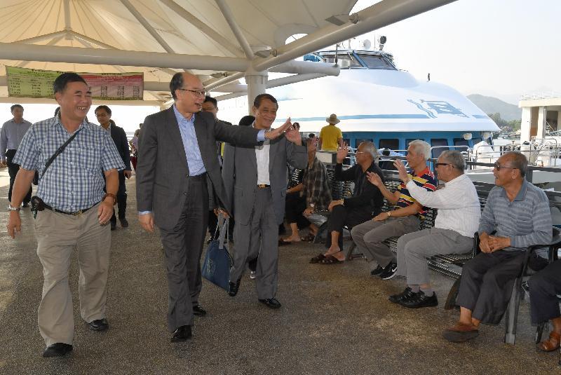 運輸及房屋局局長陳帆(左二)今日(十一月十日)到訪長洲。他在離島區議會主席周玉堂(左三)陪同下抵達長洲碼頭,與巿民打招呼。