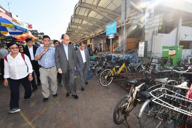 運輸及房屋局局長陳帆(前排左三)今日(十一月十日)到訪長洲時,在碼頭附近視察單車停泊的情況。