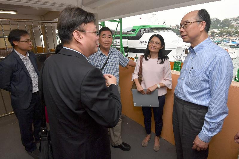 運輸及房屋局局長陳帆(右)今日(十一月十日)到訪長洲,聽取運輸署人員介紹渡輪碼頭的設施。