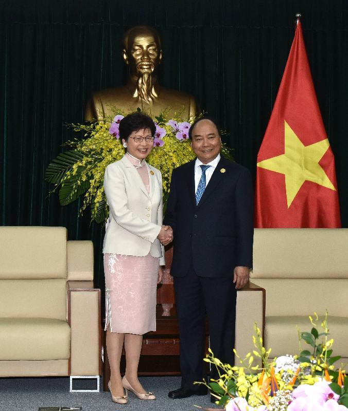 行政長官林鄭月娥(左)今日(十一月十日)上午在越南峴港與越南總理阮春福會面,就雙方關注的議題交換意見。
