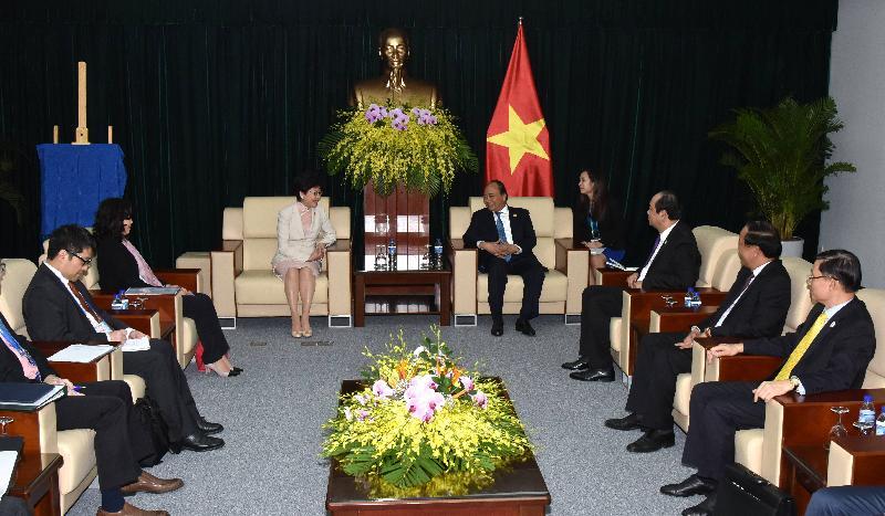 行政長官林鄭月娥(左四)今日(十一月十日)上午在越南峴港與越南總理阮春福(右五)會面,就雙方關注的議題交換意見。