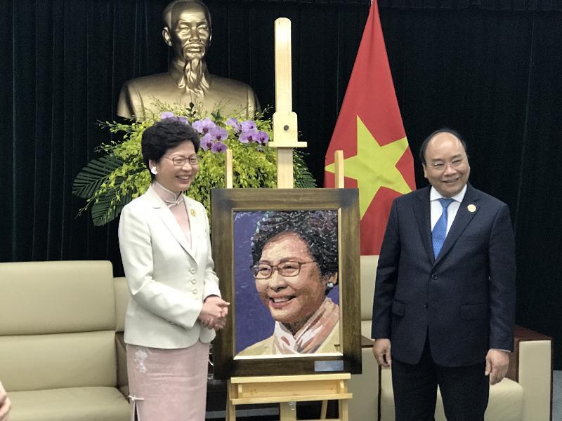 行政長官林鄭月娥今日(十一月十日)上午在越南峴港與越南總理阮春福會面。圖示阮春福(右)向林鄭月娥(左)贈送畫像。