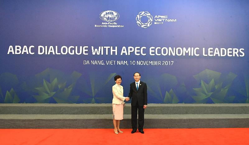 行政長官林鄭月娥今日(十一月十日)下午在越南峴港出席亞太區經濟合作組織商貿諮詢理事會成員對話。圖示林鄭月娥(左)與越南國家主席陳大光握手。