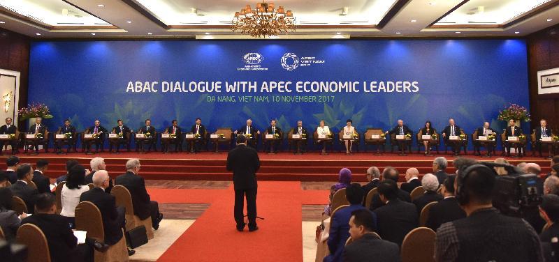 行政長官林鄭月娥(右七)今日(十一月十日)下午在越南峴港出席亞太區經濟合作組織商貿諮詢理事會成員對話。