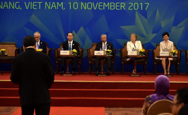 行政長官林鄭月娥(右一)今日(十一月十日)下午在越南峴港出席亞太區經濟合作組織商貿諮詢理事會成員對話。