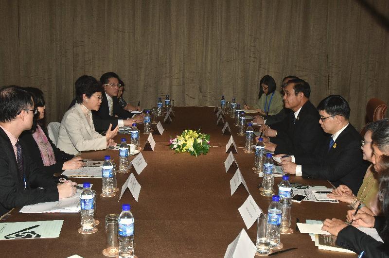 行政長官林鄭月娥(左三)今日(十一月十日)下午在越南峴港與泰國總理巴育(右四)會面。