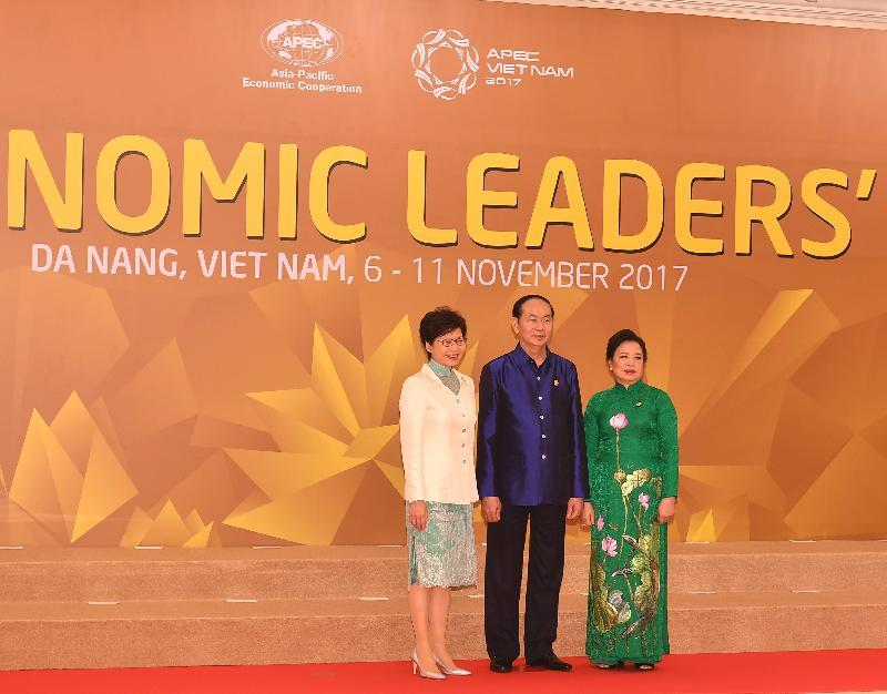 行政長官林鄭月娥今日(十一月十日)晚上在越南峴港出席亞太區經濟合作組織經濟領導人會議晚宴及文娛表演。圖示林鄭月娥(左)和越南國家主席陳大光夫婦(中及右)合照。