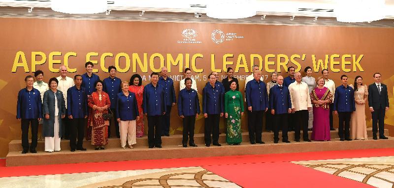 行政長官林鄭月娥今日(十一月十日)晚上在越南峴港出席亞太區經濟合作組織經濟領導人會議晚宴及文娛表演。圖示林鄭月娥(後排左一)和其他領導人合照。
