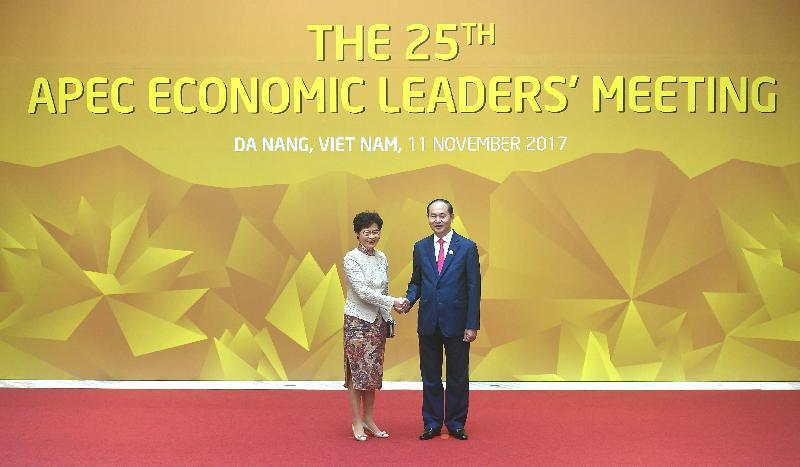 行政長官林鄭月娥今日(十一月十一日)上午在越南峴港出席亞太區經濟合作組織經濟領導人非正式會議。圖示林鄭月娥(左)和越南國家主席陳大光握手。