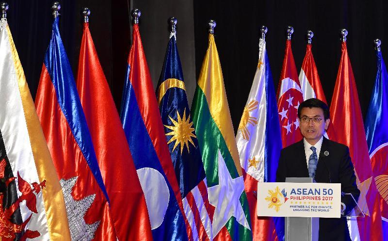 商務及經濟發展局局長邱騰華今日(十一月十二日)在菲律賓帕賽市舉行的香港-東南亞國家聯盟《自由貿易協定》和相關《投資協定》的簽署儀式上致辭。