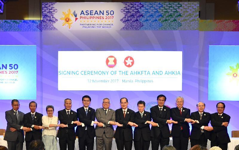 商務及經濟發展局局長邱騰華今日(十一月十二日)在菲律賓帕賽市與東南亞國家聯盟(東盟)成員國的經濟部長簽訂《自由貿易協定》和相關《投資協定》。圖示邱騰華(左五)與東盟經濟部長在簽署儀式上合照。