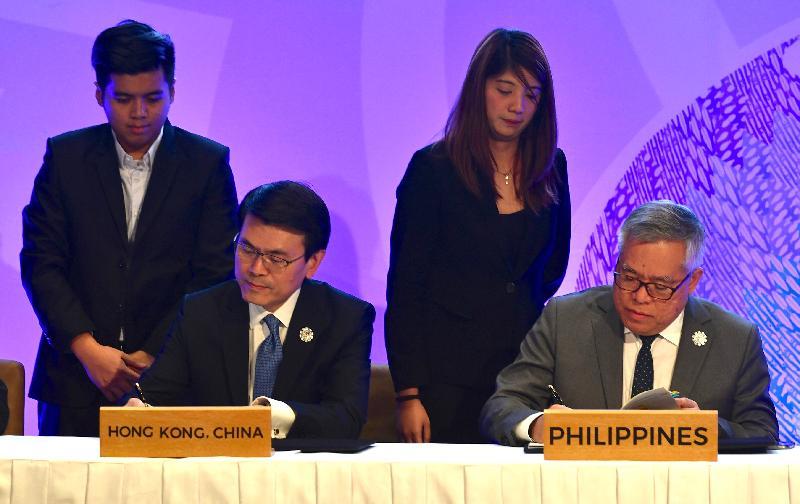 商務及經濟發展局局長邱騰華今日(十一月十二日)在菲律賓帕賽市與東南亞國家聯盟(東盟)成員國的經濟部長簽訂《自由貿易協定》和相關《投資協定》。圖示邱騰華(左)和菲律賓貿易和工業部部長Ramon Lopez在儀式上簽署有關協定,菲律賓是東盟今年的東道國。