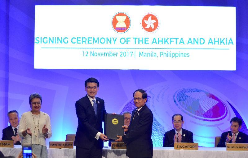 商務及經濟發展局局長邱騰華今日(十一月十二日)在菲律賓帕賽市與東南亞國家聯盟(東盟)成員國的經濟部長簽訂《自由貿易協定》和相關《投資協定》。圖示邱騰華(左)和東盟秘書長黎良明(右)在儀式上合照。