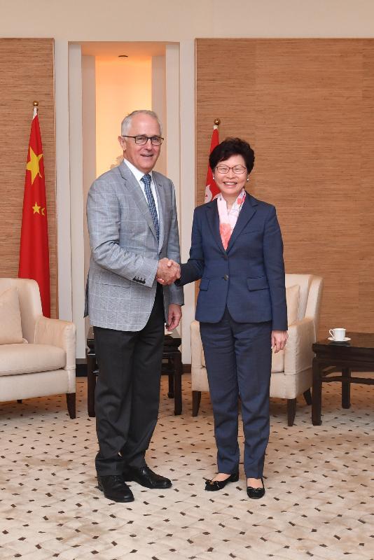 行政長官林鄭月娥今日(十一月十二日)在香港國際機場政府貴賓室與澳洲總理特恩布爾會面。圖示林鄭月娥(右)與特恩布爾在會面前握手。