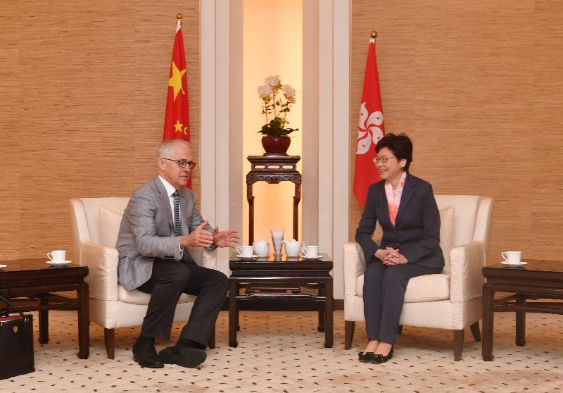 行政長官林鄭月娥(右)今日(十一月十二日)在香港國際機場政府貴賓室與澳洲總理特恩布爾會面。