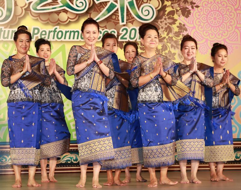 「亞裔藝采2017」星期日(十一月十九日)在香港文化中心露天廣場舉行,帶來富民族色彩的歌舞表演和藝穗活動,展現亞洲的多元文化。