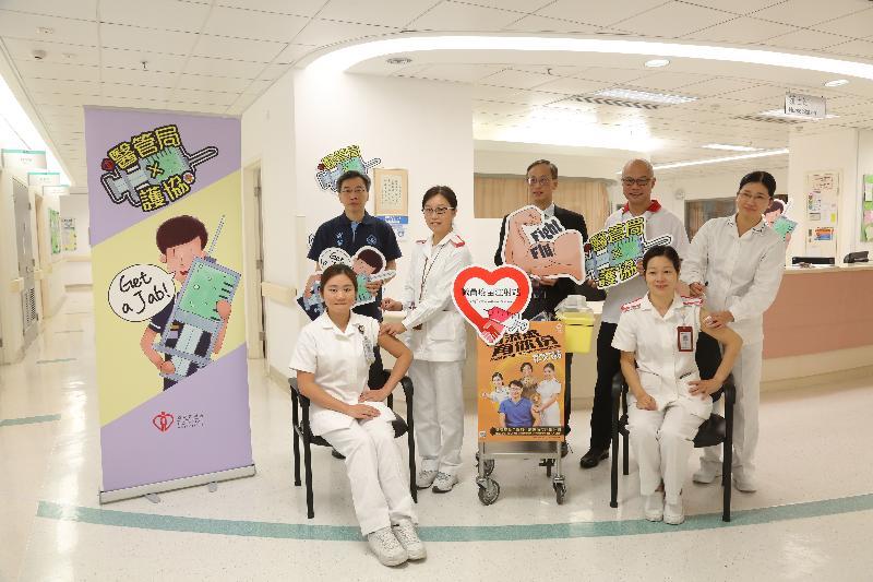 醫院管理局護理總行政經理潘恩榮(後排右二)和香港護士協會主席兼立法會議員李國麟教授(後排左一)今日(十一月十三日)在明愛醫院職員疫苗注射站與護理人員合照。