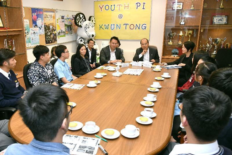 政務司司長張建宗(左六)今日(十一月十三日)與觀塘區青年代表會面,聆聽他們對《施政報告》有關青年人的措施的意見。旁為觀塘民政事務專員謝凌駿(左五)。