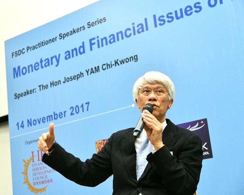 金融發展局今日(十一月十四日)與香港中文大學合辦「香港的貨幣管理與金融事務」就業論壇。圖示行政會議非官守議員、香港中文大學劉佐德全球經濟及金融研究所傑出研究員及中國金融學會執行副會長任志剛在論壇上,向參加者闡述香港的貨幣與金融市場在激烈競爭和監管環境轉變下的最新發展。