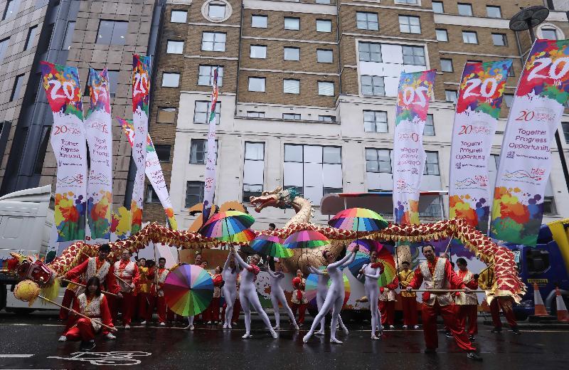 香港駐倫敦經濟貿易辦事處十一月十一日(倫敦時間)參加倫敦金融城市長就職花車巡遊,以慶祝香港特別行政區成立二十周年。圖示參與的香港音樂家表演、旗幟、舞蹈以及舞龍隊伍準備加入巡遊隊伍。