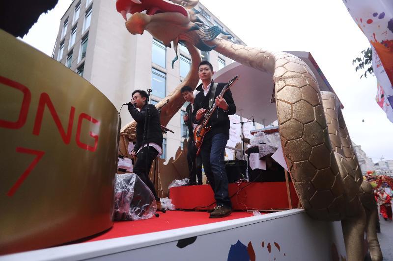 香港駐倫敦經濟貿易辦事處十一月十一日(倫敦時間)參加倫敦金融城市長就職花車巡遊,以慶祝香港特別行政區成立二十周年。圖示香港音樂家參與倫敦經貿辦的花車巡遊。