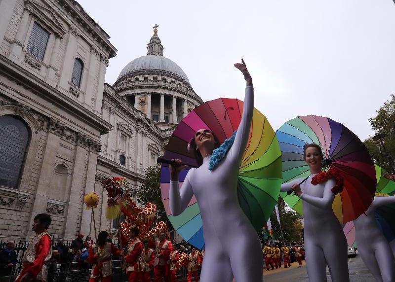 香港駐倫敦經濟貿易辦事處十一月十一日(倫敦時間)參加倫敦金融城市長就職花車巡遊,以慶祝香港特別行政區成立二十周年。圖示倫敦經貿辦花車的中式舞蹈及舞龍表演。