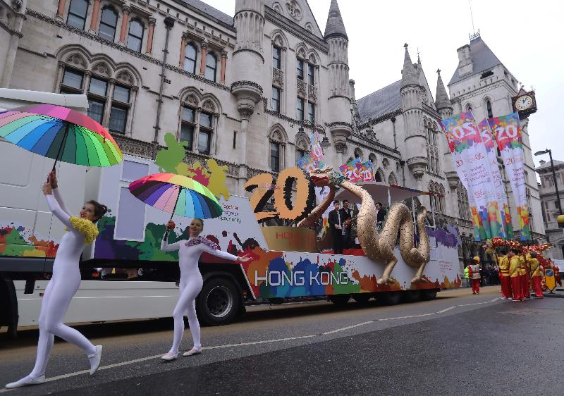 The Hong Kong Economic and Trade Office, London (London ETO), took part in the City of London Lord Mayor's Show on November 11 (London time) with a float celebrating the 20th anniversary of the establishment of the Hong Kong Special Administrative Region. Photo shows the London ETO entry passing the Royal Courts of Justice, where the new Lord Mayor goes to pledge allegiance to the reigning monarch.