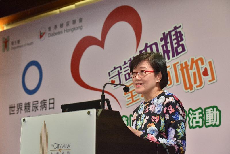 衞生署署長陳漢儀醫生今日(十一月十四日)在衞生署和香港糖尿聯會聯合舉辦的宣傳教育活動中,強調女性在家庭擔當重要角色,能幫助家人預防及控制糖尿病。她致辭時呼籲女性加深對糖尿病的認識和關注,帶領家人實踐健康生活模式,以有效減低患上糖尿病的機會。