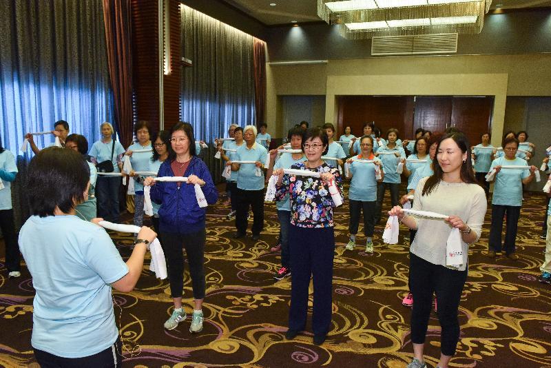 衞生署署長陳漢儀醫生(前排右二)今日(十一月十四日)出席響應世界糖尿病日的宣傳教育活動,並在護士帶領下參與適合一家大小的健身操。