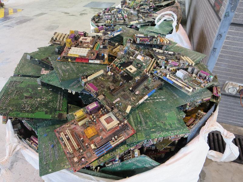 環境保護署聯同香港海關今年四月截獲兩個非法進口的有害電子廢物貨櫃。圖示檢獲的廢印刷電路板。