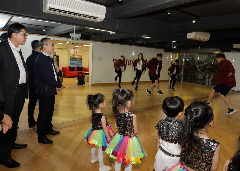民政事務局局長劉江華(左二)今日(十一月十四日)在九龍城民政事務專員郭偉勳(左一)陪同下,到訪香港青年協會賽馬會農圃道青年空間「舞導館」,觀賞學員排練舞蹈。